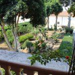 Balcone con vista nel cortile di Masseria Monache